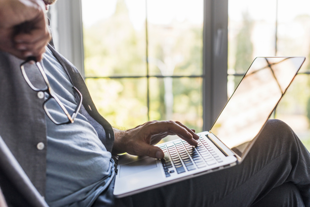 hombre usando computador